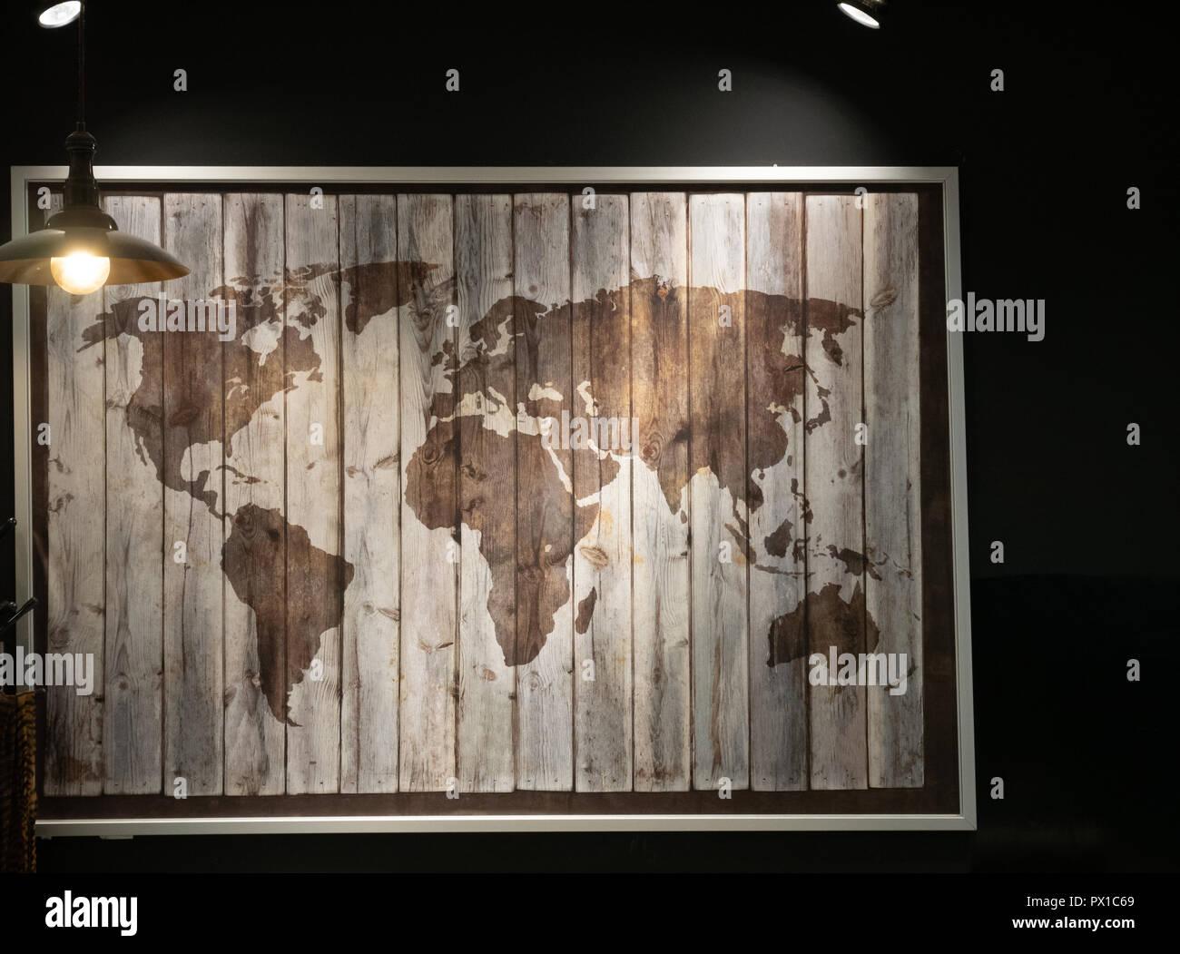 Holz Weltkarte An Der Wand Im Cafe Restaurant Unter Dim Low Light