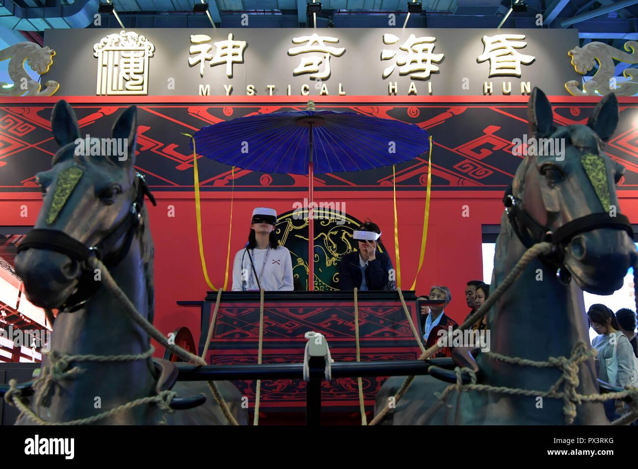 Nanchang, China's Jiangxi Province. Okt, 2018 19. Besucher tragen VR (Virtual Reality) Geräte archäologischen Kenntnisse während der Weltkonferenz 2018 auf VR-Industrie in Nanchang, der ostchinesischen Provinz Jiangxi, Okt. 19, 2018 zu erfahren. Die 2018 Welt Konferenz über VR-Industrie eröffnet hier am Freitag. Die dreitägige Veranstaltung mehr als 150 globalen Aussteller im Virtual reality Feld zieht. Credit: Peng Zhaozhi/Xinhua/Alamy leben Nachrichten Stockbild
