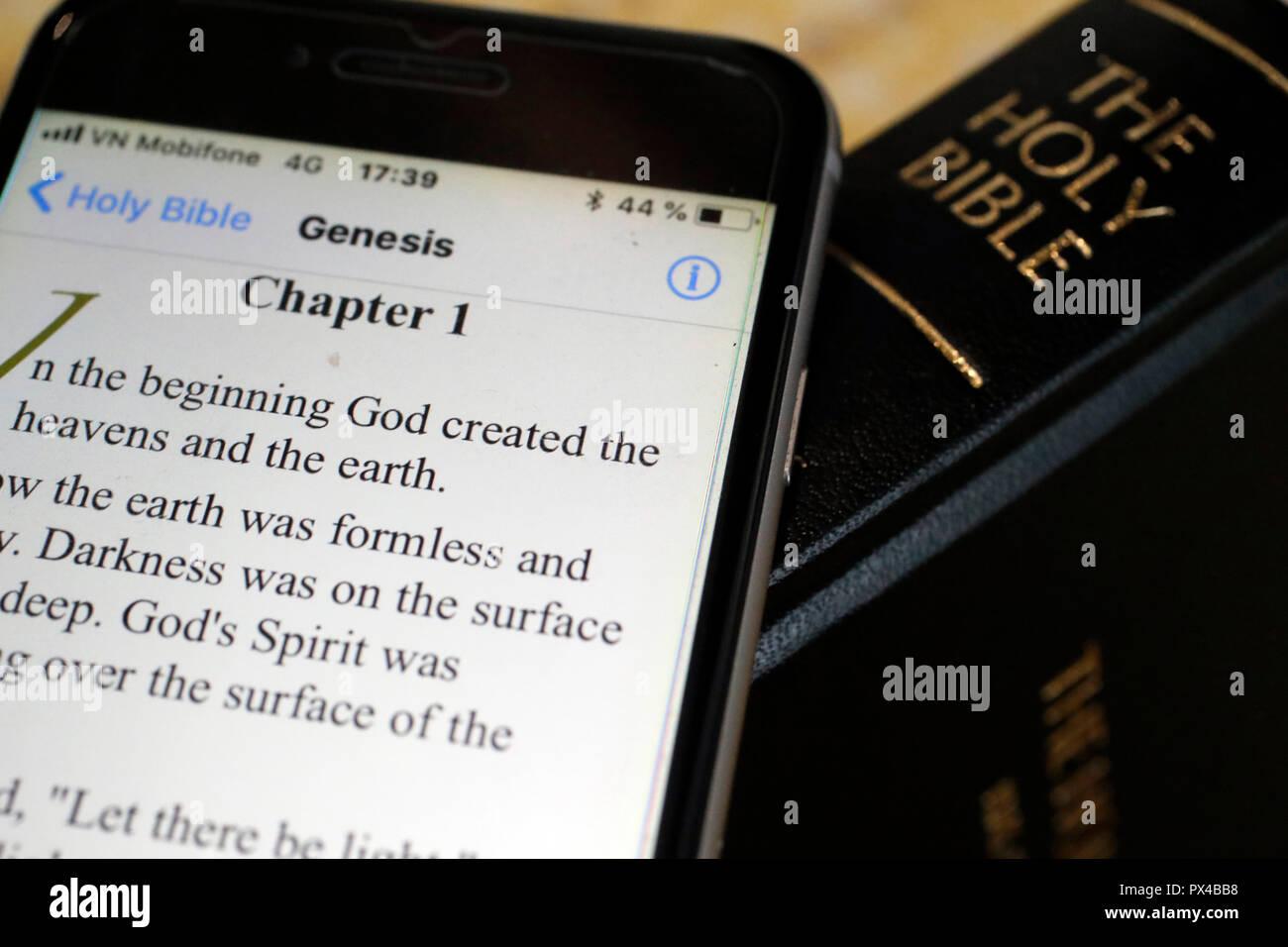 Papier und digitale Bibel Bibel App auf dem Smartphone. Das Alte Testament. Genesis. Stockbild