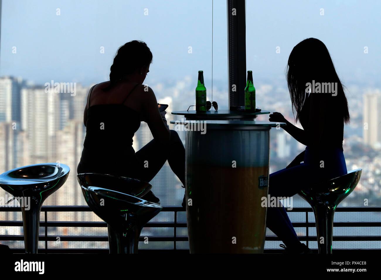Frauen trinken Bier an bitexco Financial Tower. Ho Chi Minh City. Vietnam. Stockbild
