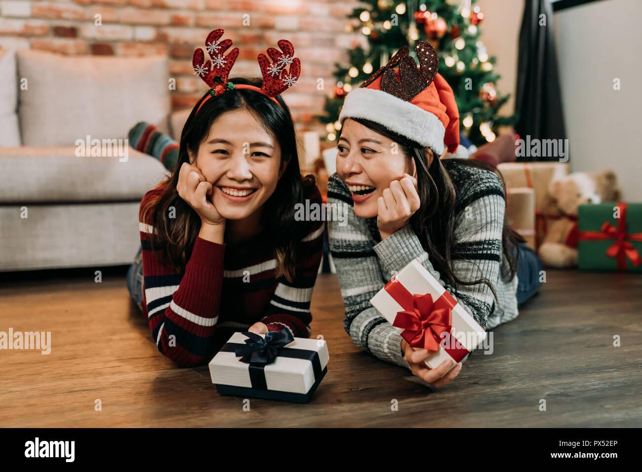 Zwei Freunde auf dem Holzboden Weihnachten zu Hause feiern ...