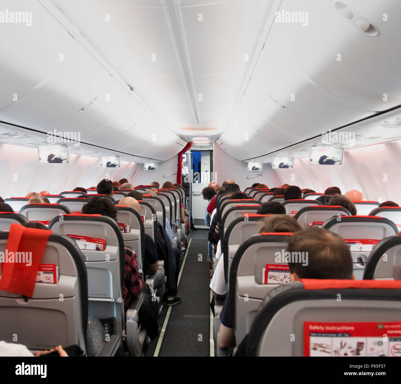Drop down Video Bildschirme auf kostengünstige Norwegian Airlines Flug. Stockbild