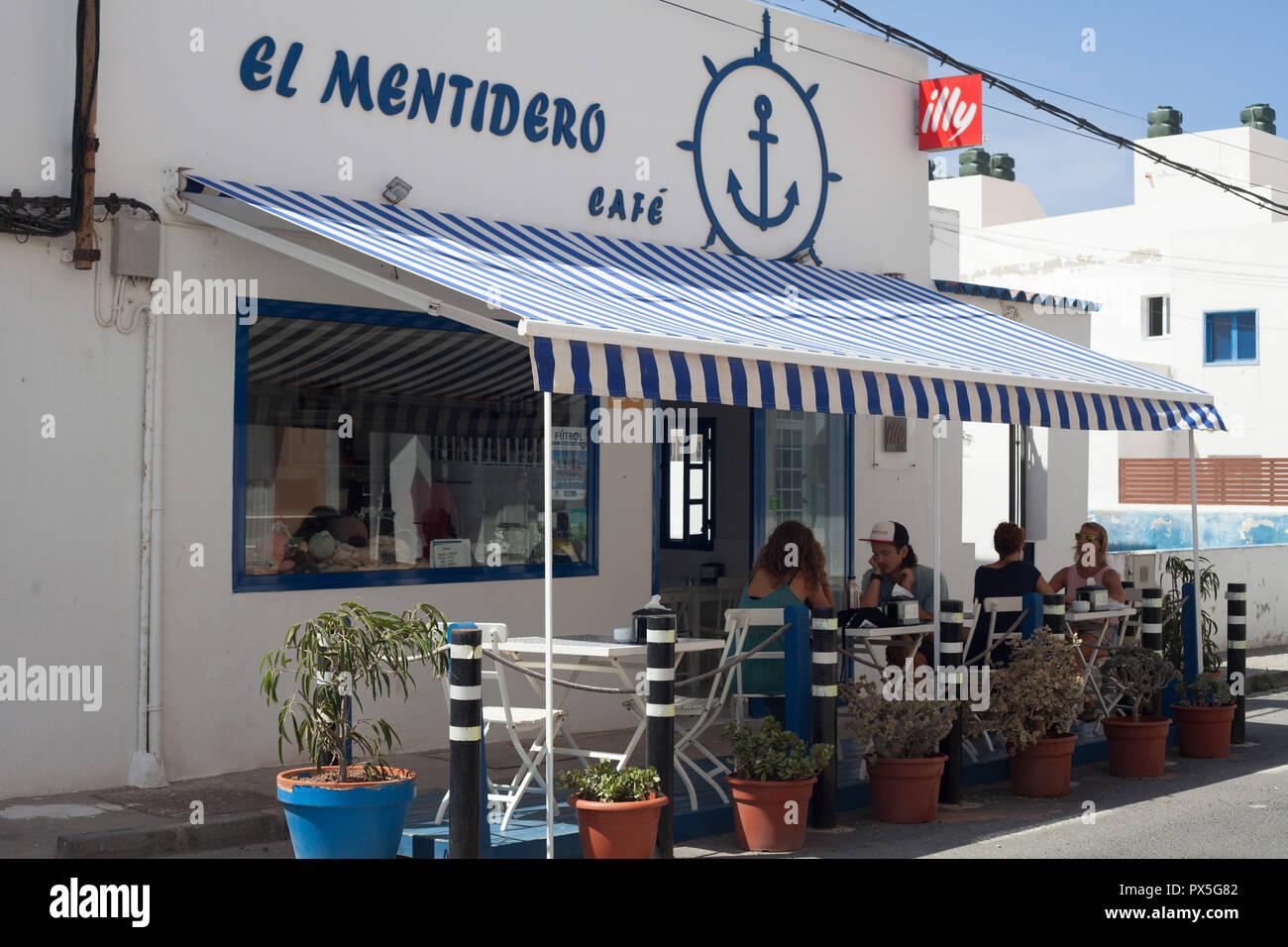 Die Leute, die das Mittagessen auf der Terrasse von El Mentidero Cafe, El Cotillo La Oliva, Fuerteventura, Kanarische Inseln, Spanien Stockbild