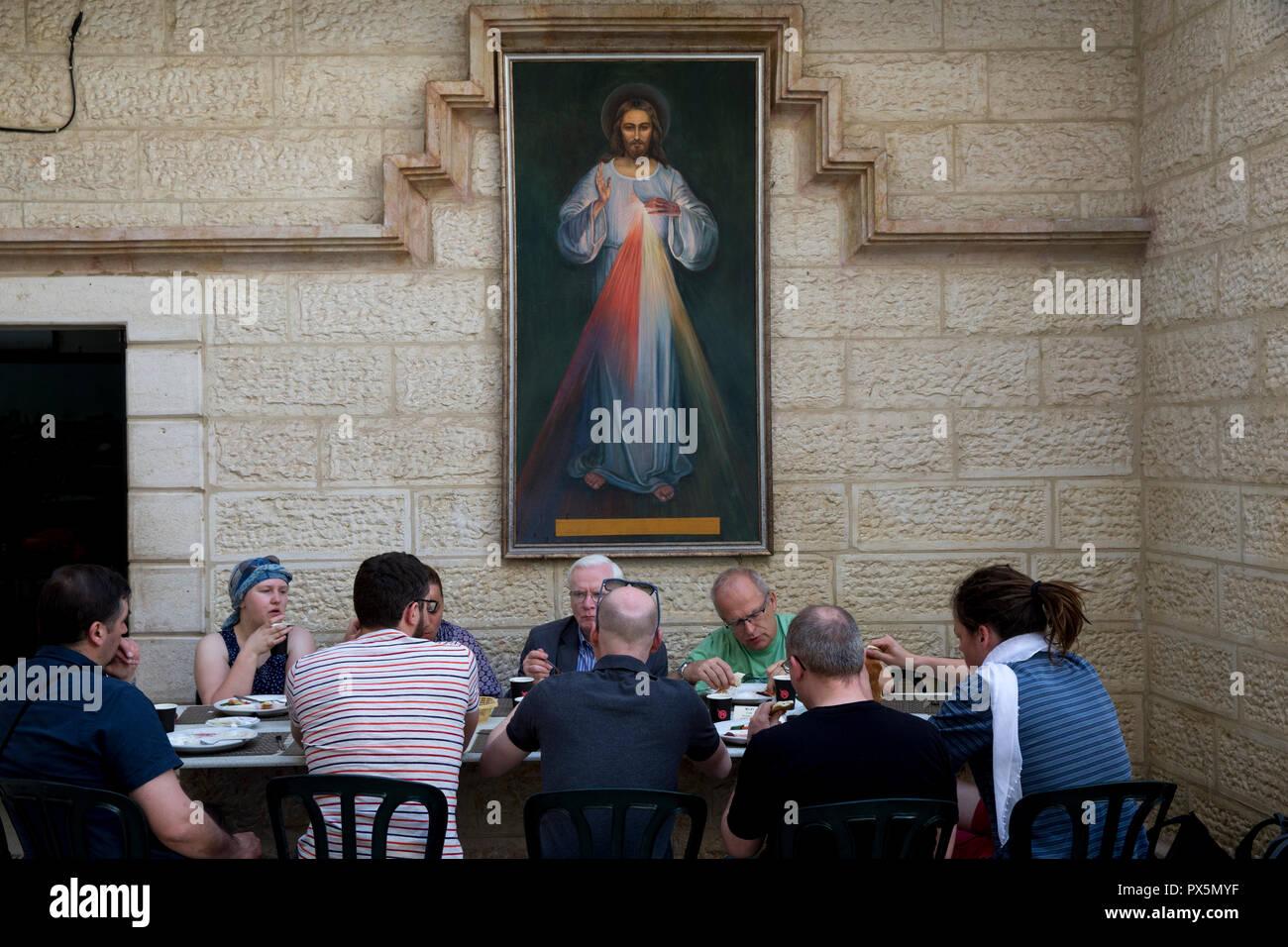 Pilgern essen Frühstück in einer Pension in Jerusalem. Israel. Stockbild