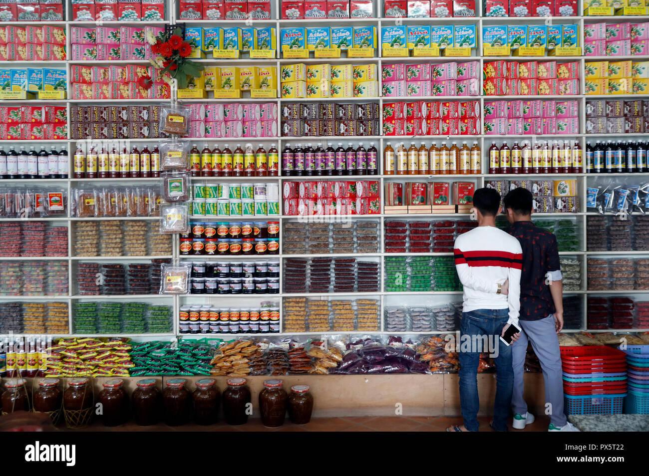 Marktstand verkaufen alle Arten von lokalen Spezialitäten: getrocknete Früchte und Tee. Dalat. Vietnam. Stockbild