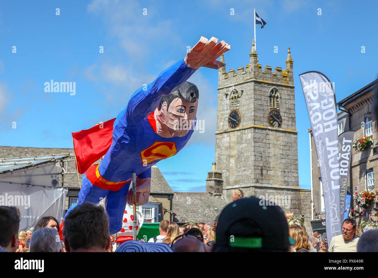 Ein pappmaché Modell von Superman am Lafrowda Festival von St. Just in Penwith, Cornwall, England, Großbritannien Stockbild
