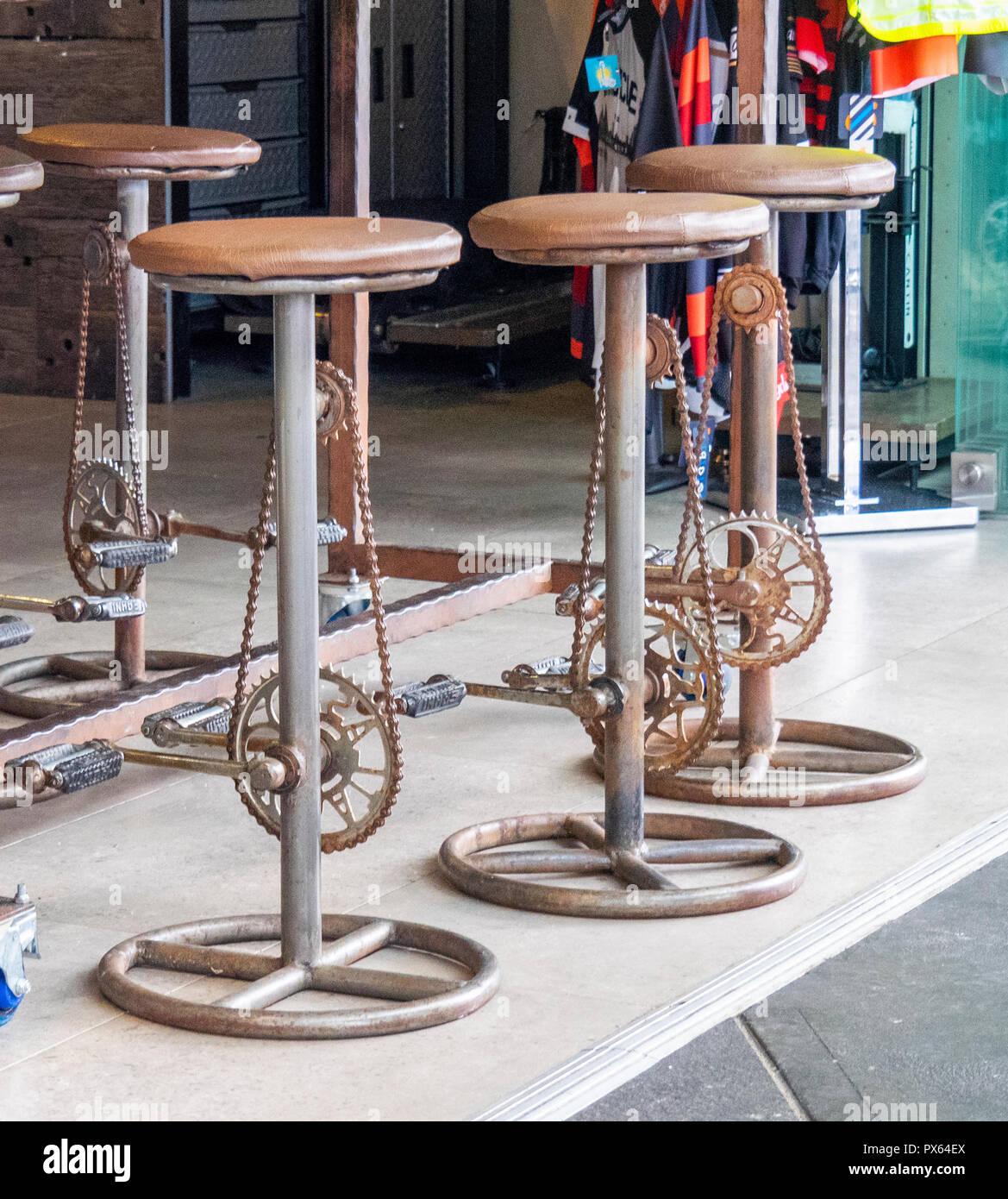 Barhocker Mit Pedalen Und Ein Fahrrad Kette In Einem Coffee Shop In Sydney Nsw Australien Stockfotografie Alamy