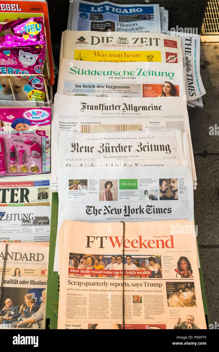 Internationale Zeitungen für den Verkauf in Wien, Österreich, Europa Stockbild