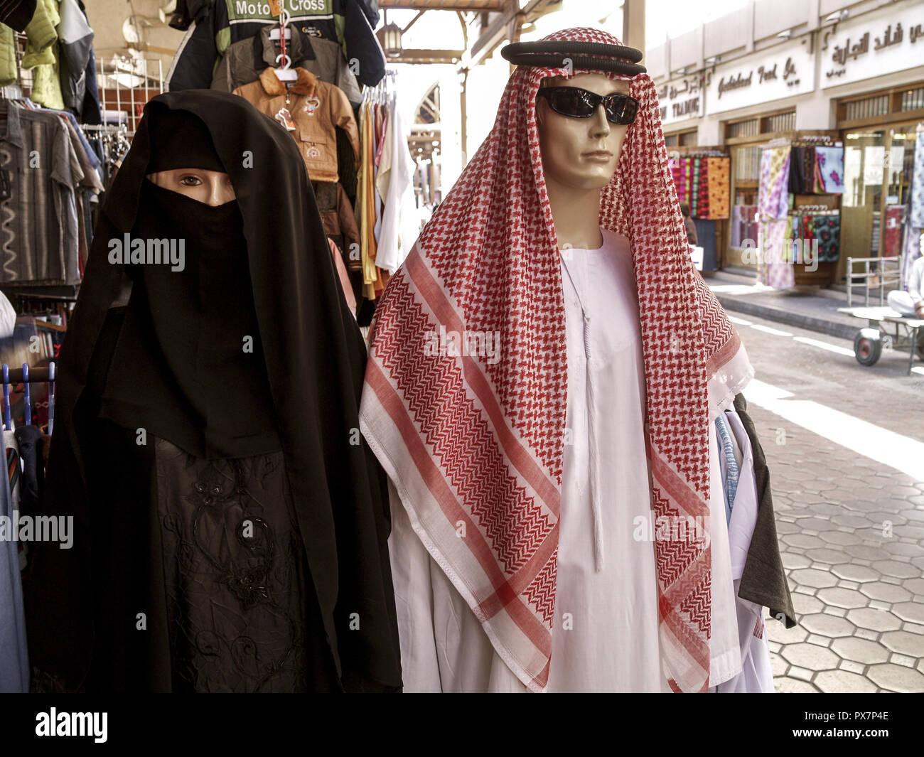 dubai, puppen mit scheich kleidung und muslimische frauen