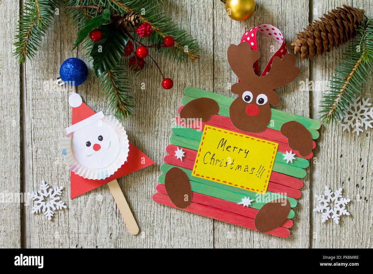 Frohe Weihnachten Geschenk auf Holztisch - Weihnachtsmann und ...