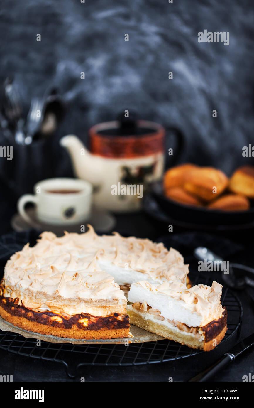 Frische Hausgemachte Apfel Baiser Kuchen Stockfoto Bild 222702196