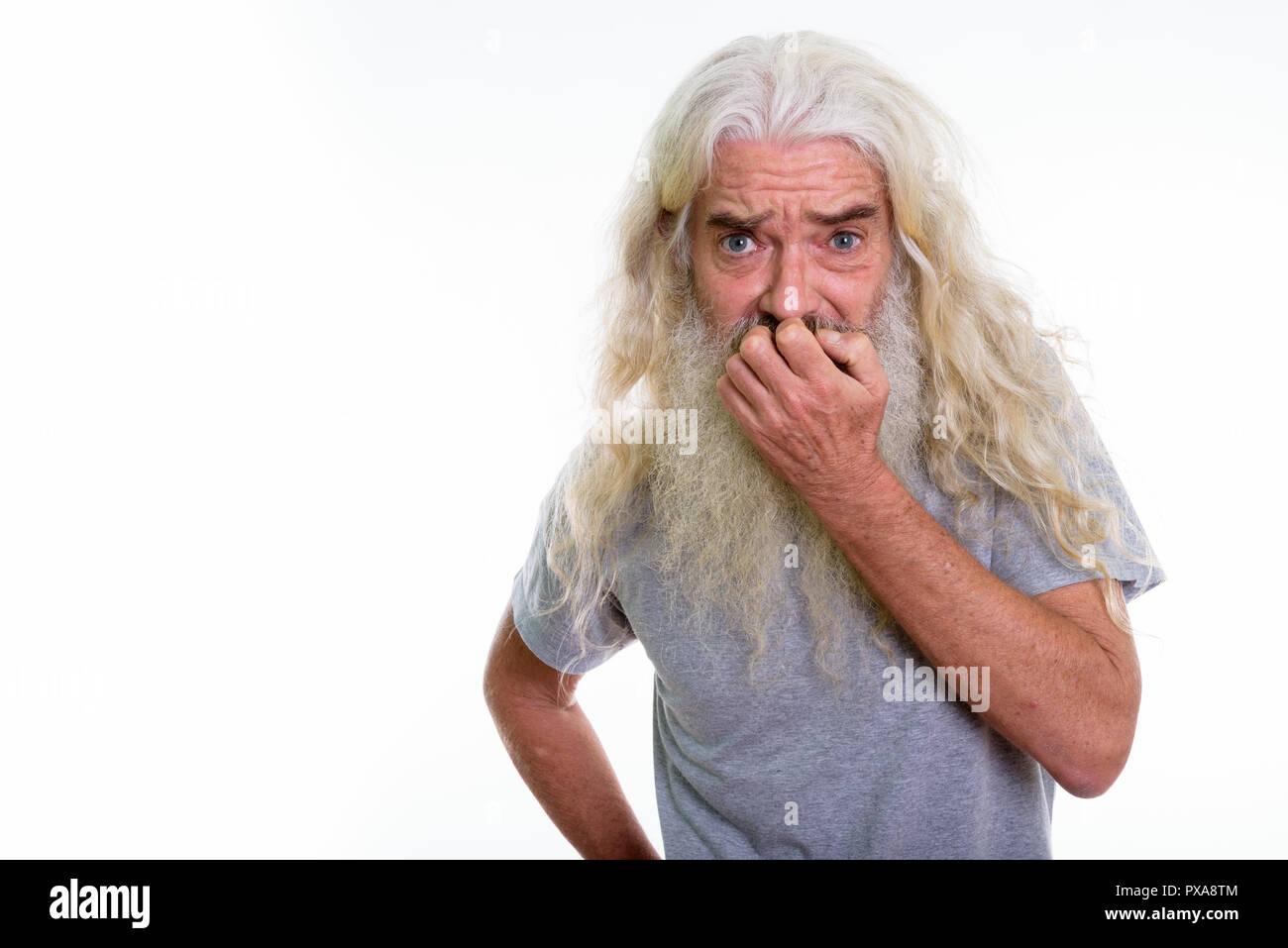 Studio shot der älteren bärtigen Mann Angst, während die Stockbild