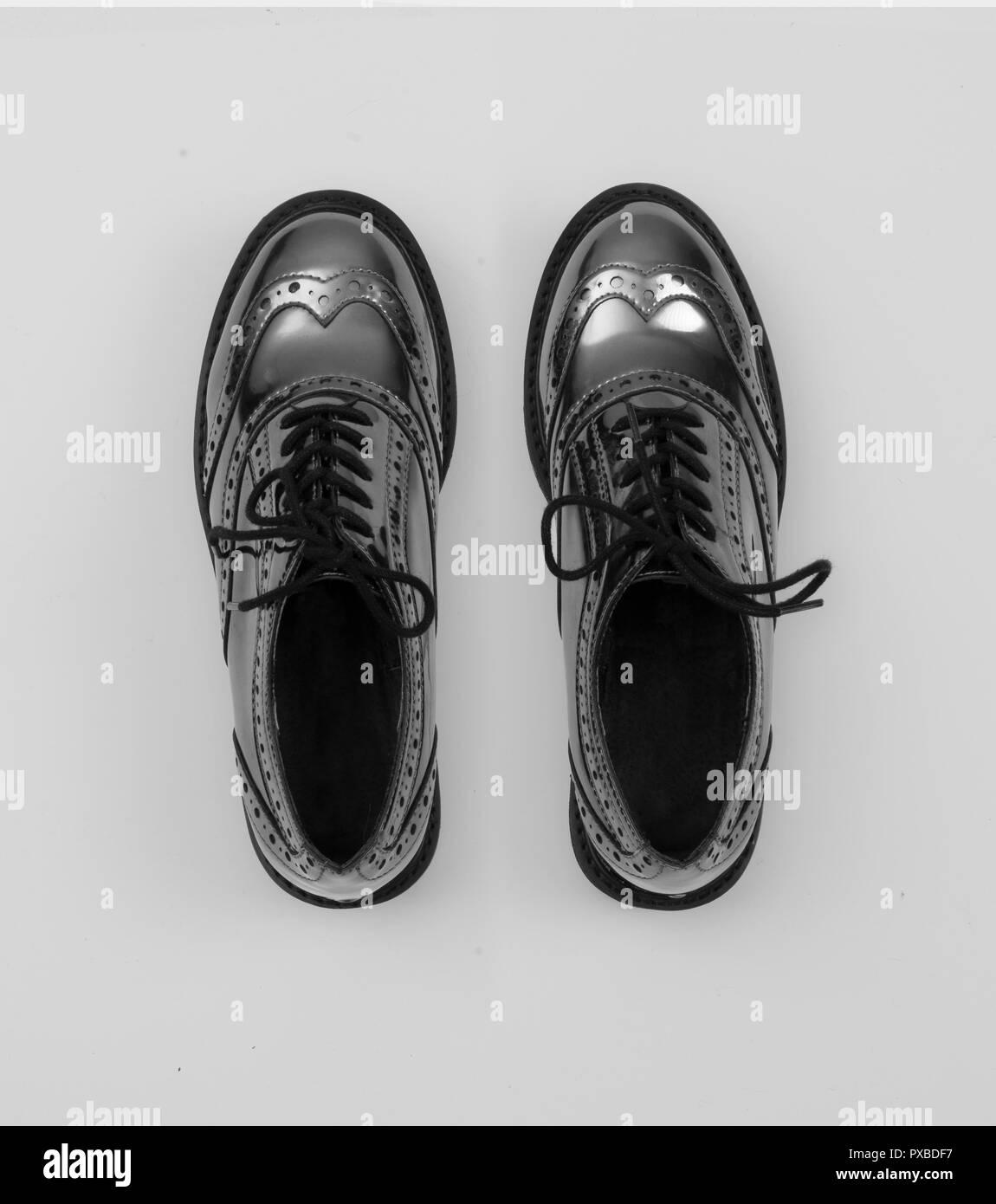 936a5761e641b7 Silber Metallic Frauen budapester Schuhe auf weißem Hintergrund grau  isoliert