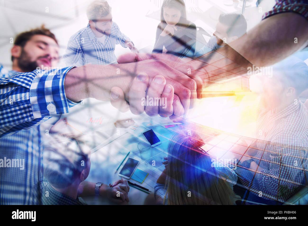 Handshaking business Person in Freizeitkleidung im Büro. Konzept der Teamarbeit und Partnerschaft. Double Exposure Stockbild