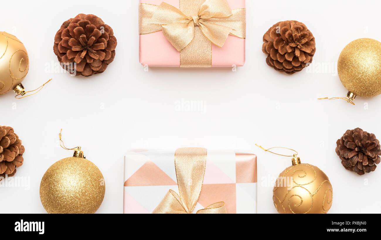 Christbaumkugeln Rosa.Rosa Und Gold Weihnachten Geschenke Auf Weissem Hintergrund