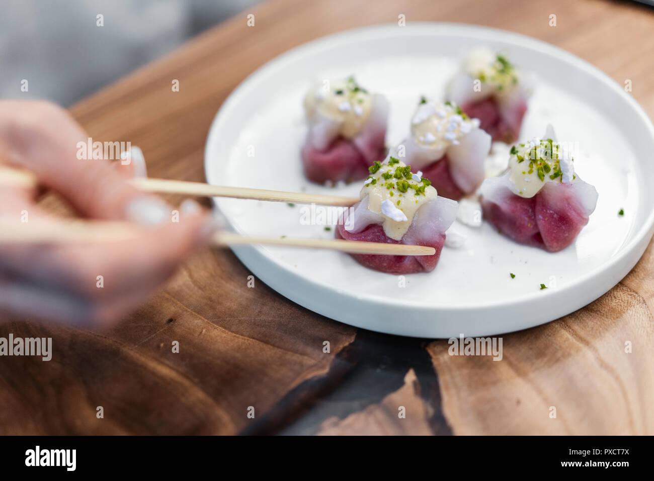 Chinesische und Koreanische Knödel auf dem weißen Teller mit Pistazien eingerichtet. Stockbild