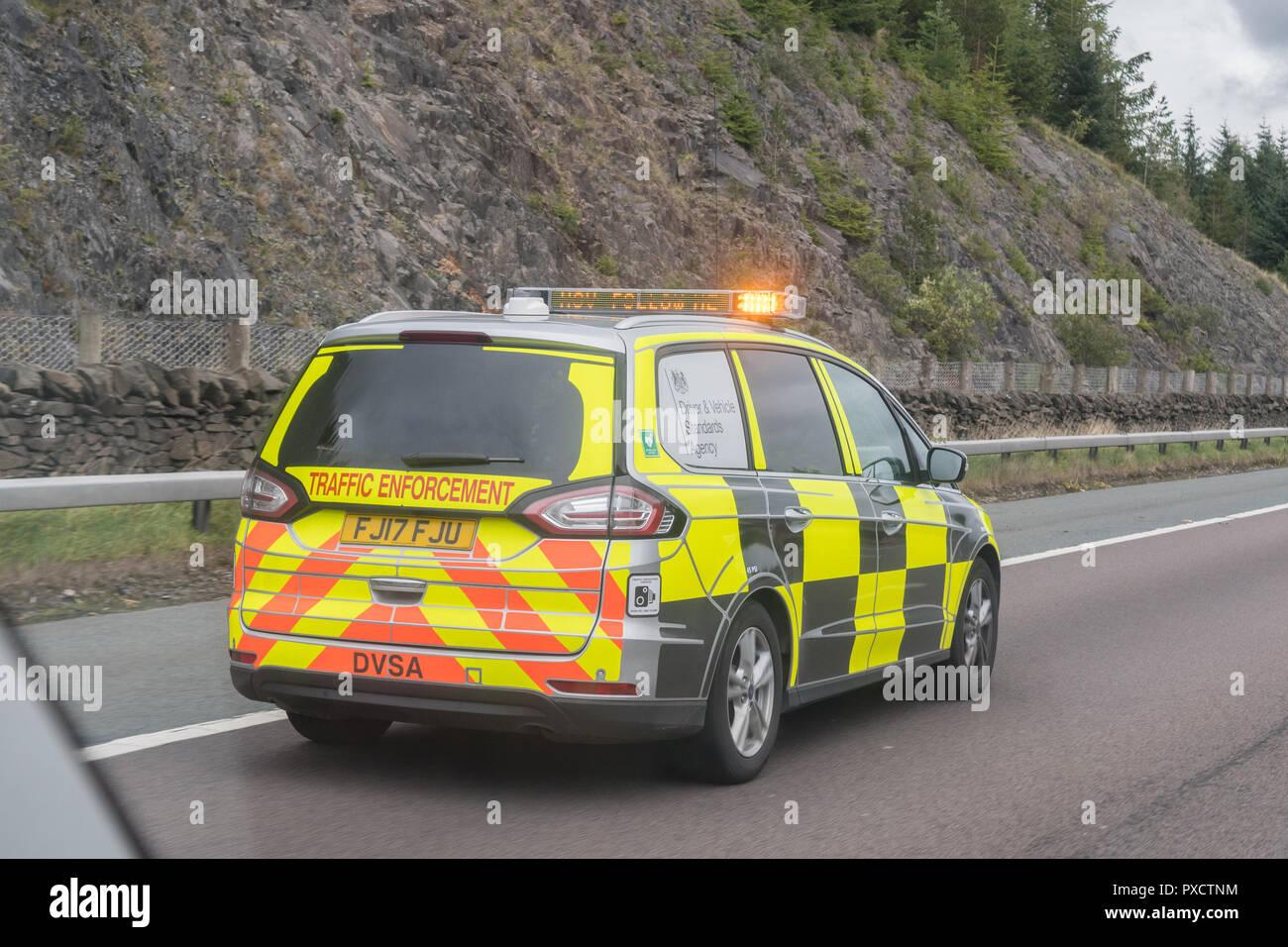Durchsetzung der Fahrzeug auf A74 (M), indem Beattock überprüfen Site bitten, ein LKW Fahrer über matrix Nachricht sign on Light bar angezeigt zu ziehen Stockbild