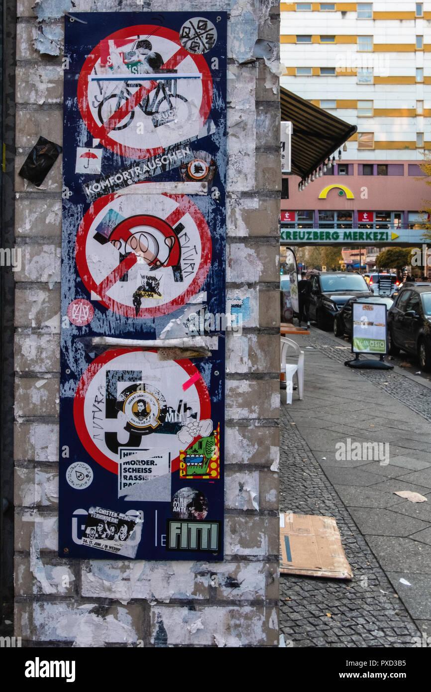 Street View mit vandalized Verkehrszeichen in Aufkleber in Kreuzberg, Berlin abgedeckt Stockbild