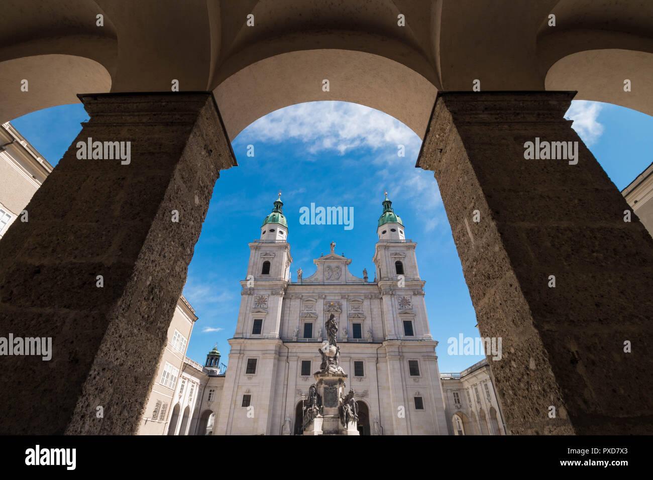 Barock aus dem 17. Jahrhundert (Salzburger Dom Salzburger Dom) und Marian Spalte (die Unbefleckte Maria Spalte) am Domplatz an einem sonnigen Tag. Stockbild
