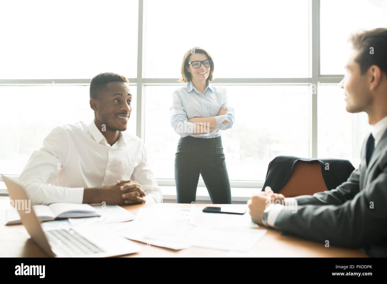 Moderne multi-ethnischen business Experten diskutieren über startup Projekt Stockbild