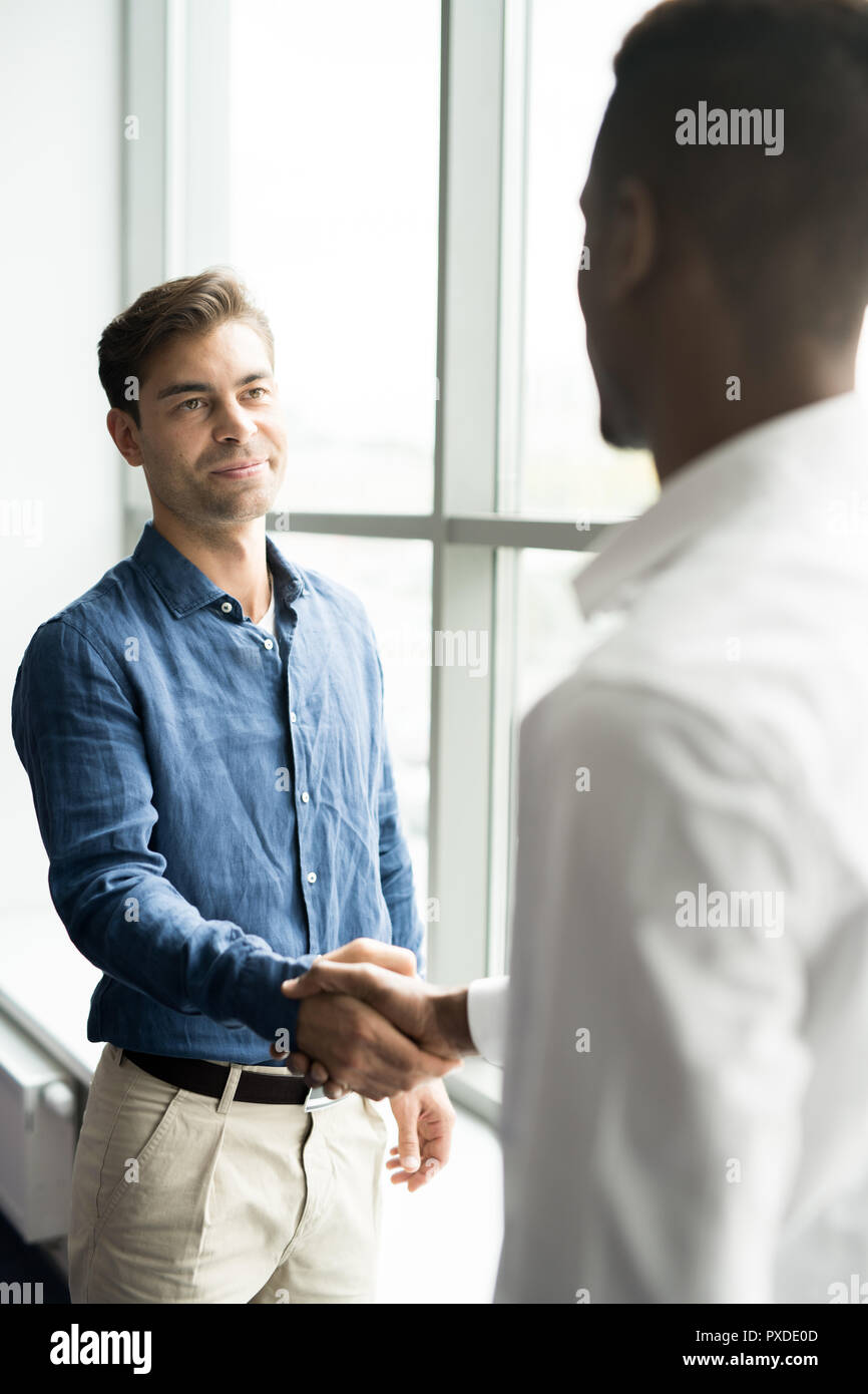 Inhalt stattliche Unternehmer mit Geschäft zufrieden Stockfoto