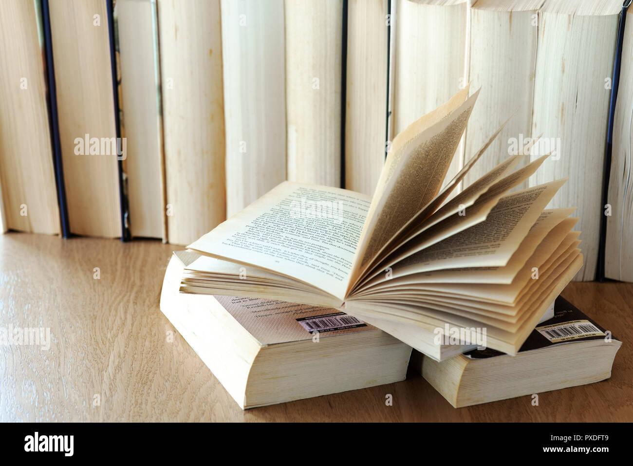 Zeile der alten Bücher Buch öffnen an der Front. Stockfoto