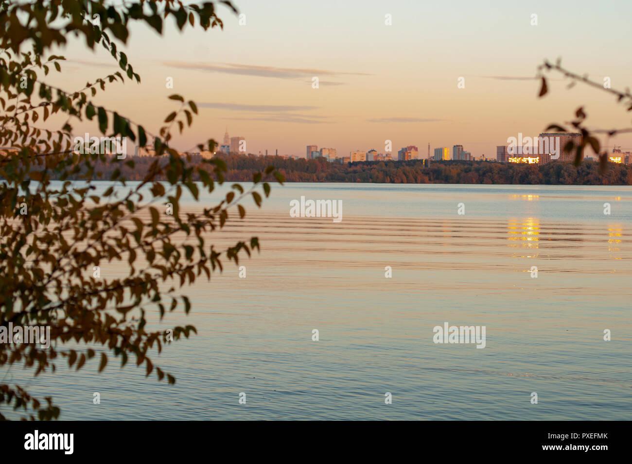 Stadtbild in der Dämmerung, Sonnenuntergang über dem Fluss Stockfoto