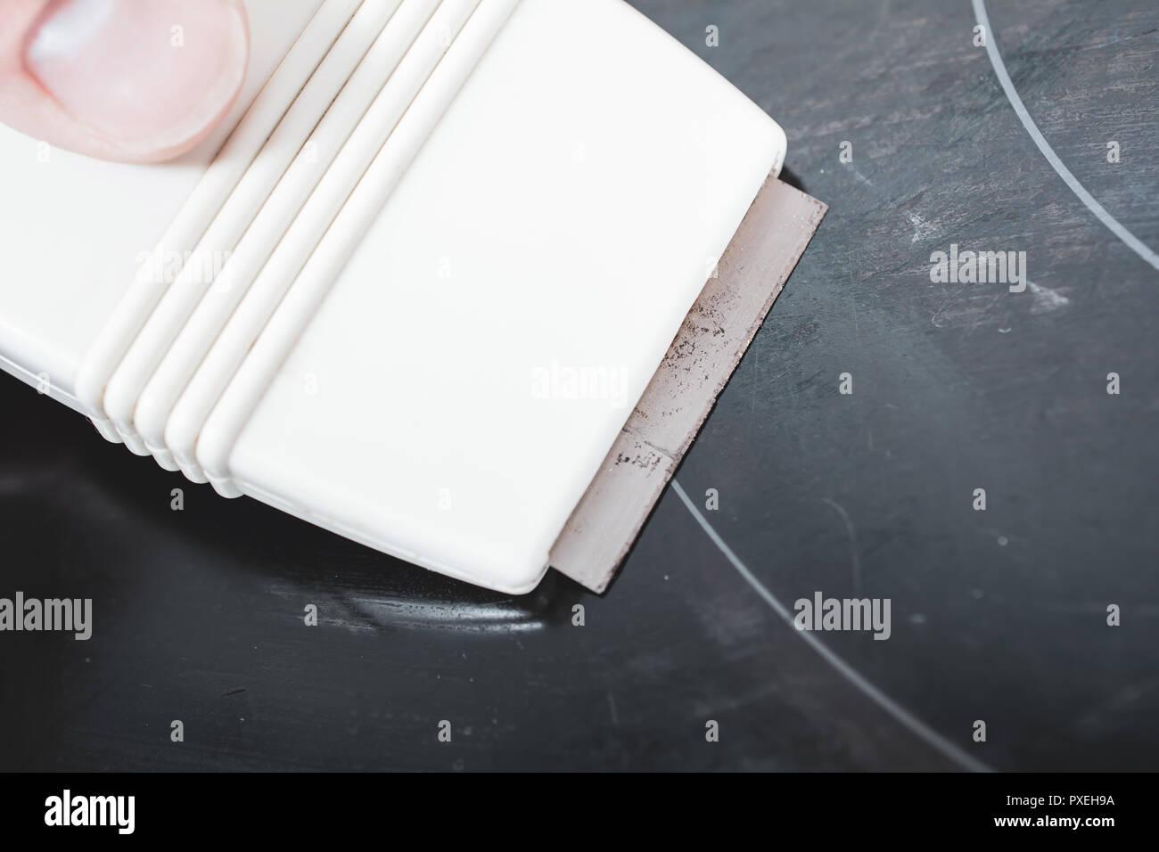 Reinigung Ein Ceranfeld Mit Einem Glas Abstreifer Stockfoto Bild
