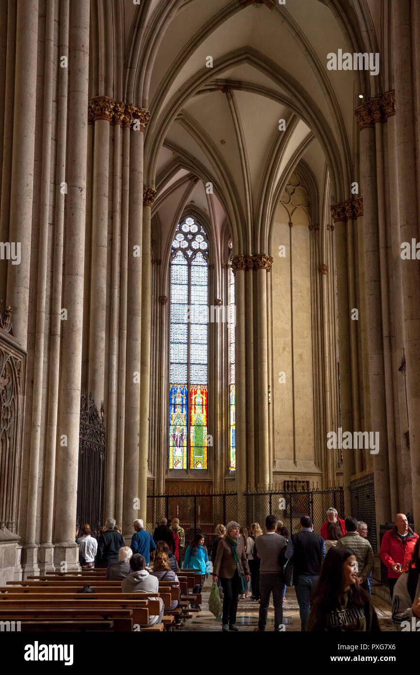 Besucher, die Kathedrale von innen-, Chor-, Köln, Deutschland. Besucher im Dom, Chorbereich, Koeln, Deutschland. Stockbild