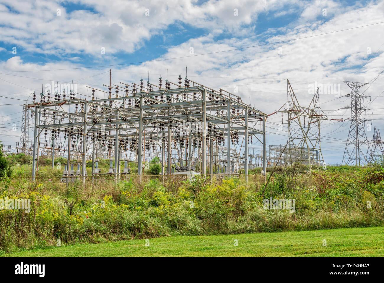 Horizontale geschossen von einem elektrischen Stromnetz Station bei bewölktem Himmel. Stockbild