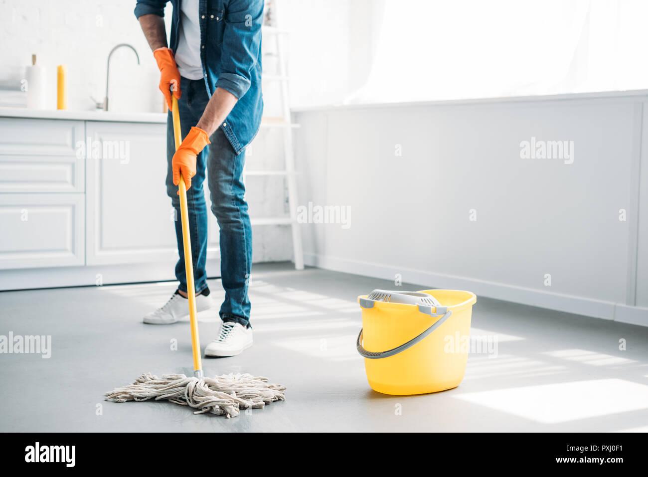 Fußboden Reinigen ~ Zugeschnittenes bild des menschen reinigung fußboden in küche mit