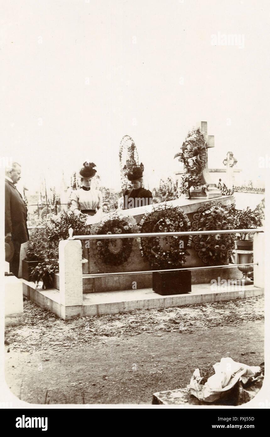 Zwei Frauen und ein Mann ihre Hinsicht neben dem Grab eines kürzlich verstorbenen relatives Datum: 1899 Stockbild
