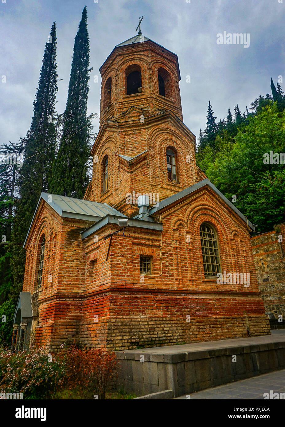 Tiflis Mamadaviti Kuppelkirche Glockenturm Blick an einem regnerischen Tag Stockbild