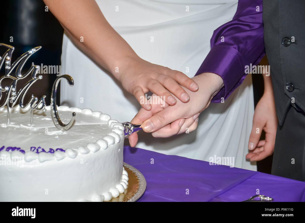 Hochzeitstorte Anschneiden Stockfotos Hochzeitstorte Anschneiden