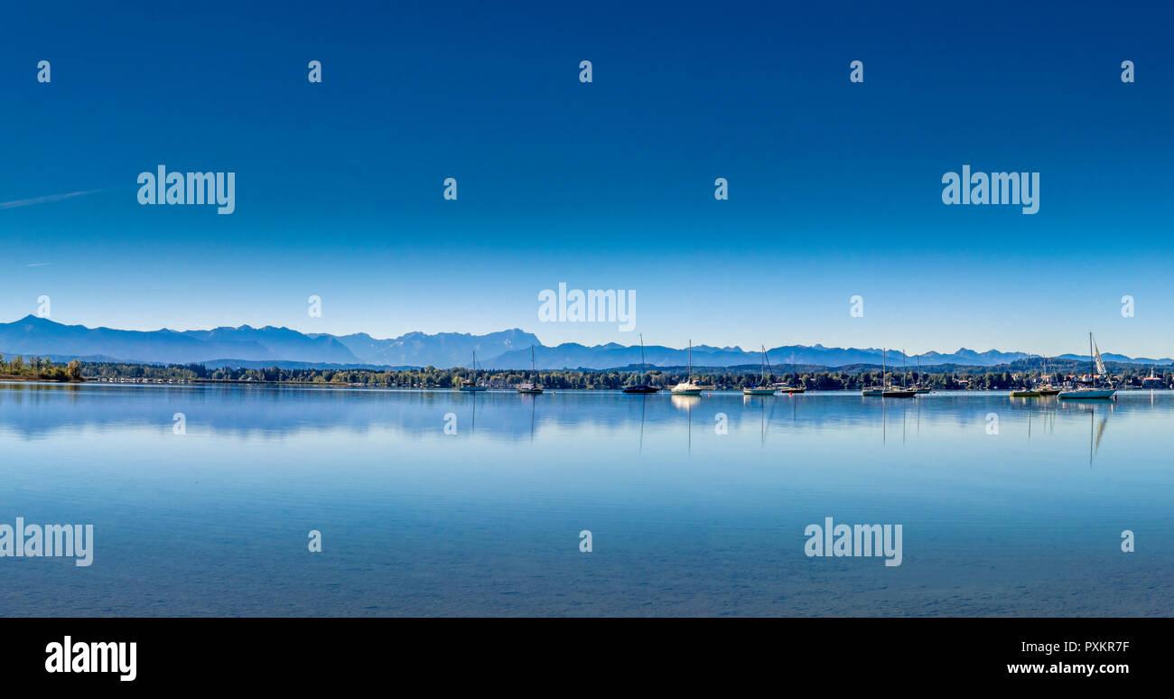 Blick auf den Starnberger See in der Nähe von Ambach mit den Alpen ...