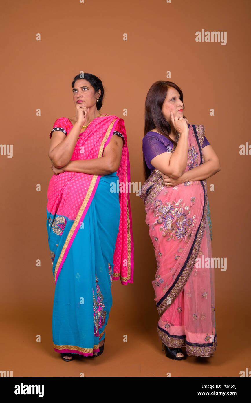 Zwei reife indische Frauen tragen Sari indische traditionelle ...