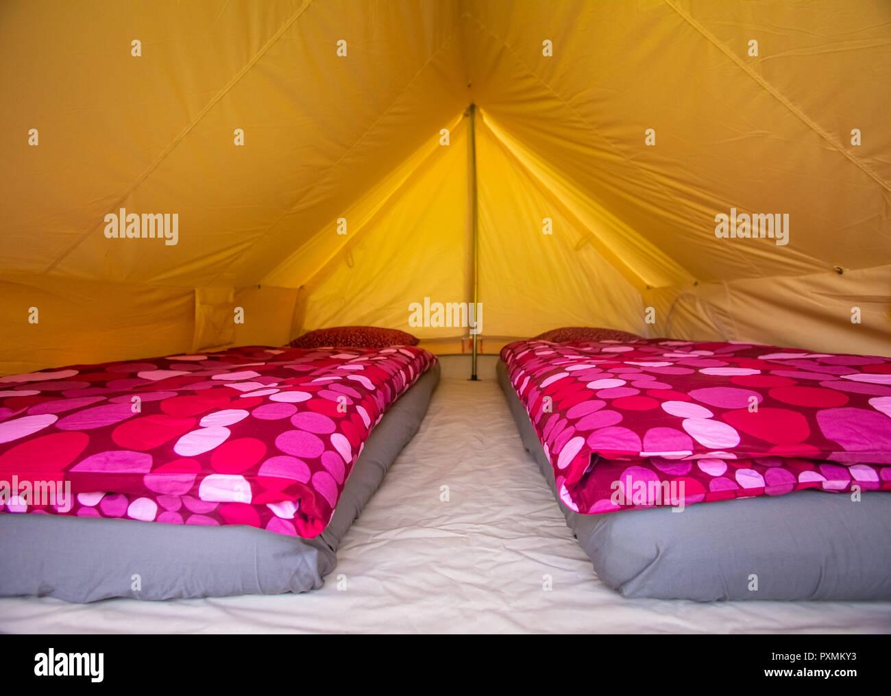 Zelt Interieur Mit Matratzen Und Violetten Bettdecken