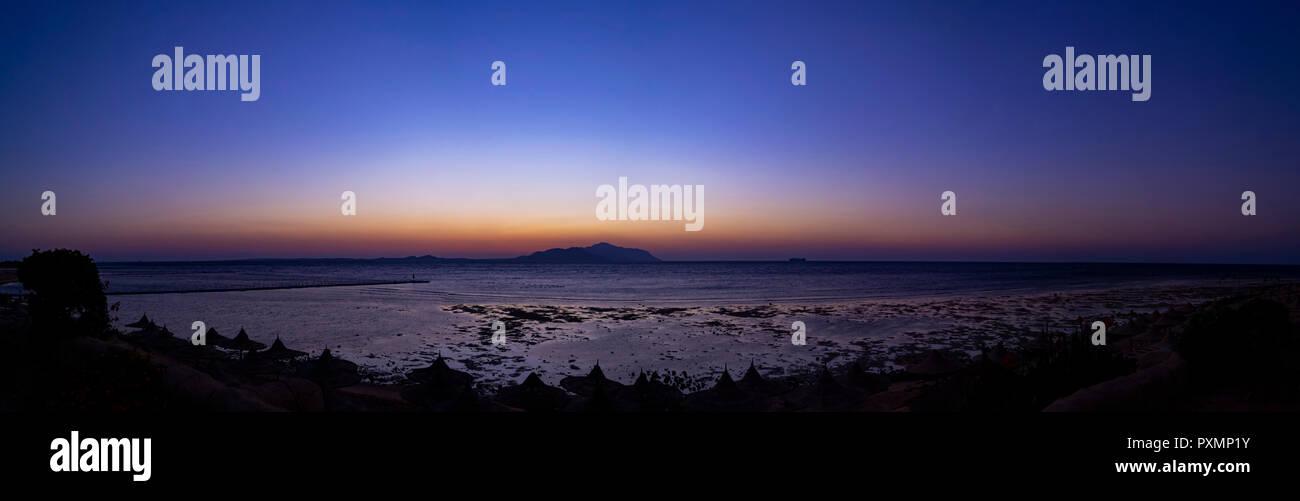 Sunrise Panorama über das Rote Meer und die Insel Tiran, Saudi-Arabien. Anzeigen von Scharm-el-Sheikn, Ägypten Stockbild