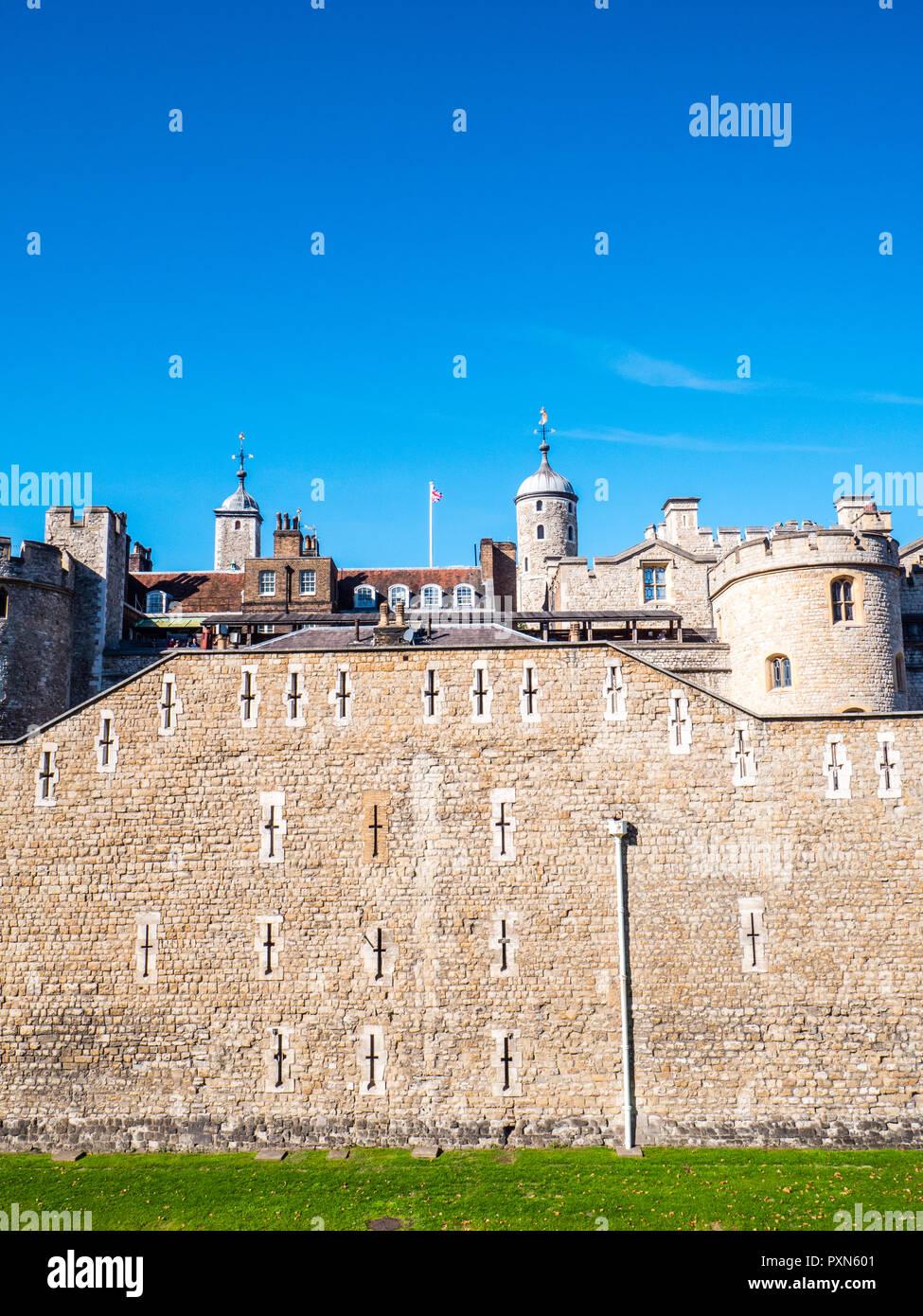 Außenwand der Tower von London mit, Schießscharten, London, England, UK, GB. Stockfoto