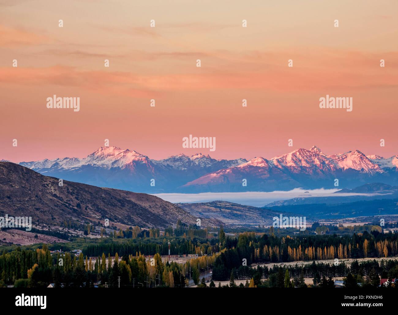 Esquel bei Sonnenaufgang, Erhöhte Ansicht, Provinz Chubut, Patagonien, Argentinien Stockbild