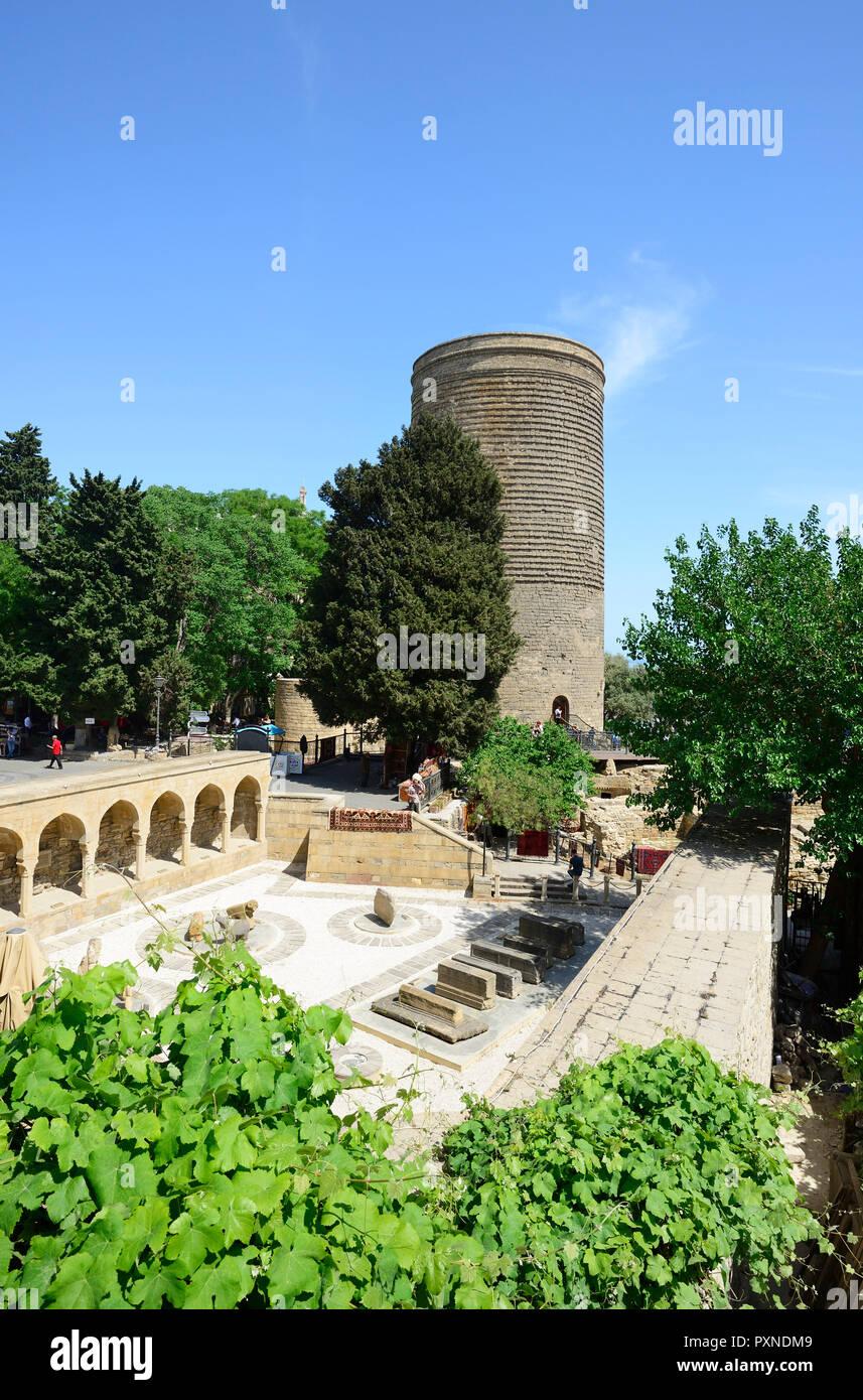Der Jungfrauenturm Qiz Qalasi Ein Denkmal Aus Dem 12 Jahrhundert In Der Altstadt Und Haji Bani Badewanne Komplex Haji Gayiba S Badehaus Einem Unesco Weltkulturerbe Baku Aserbaidschan Stockfotografie Alamy