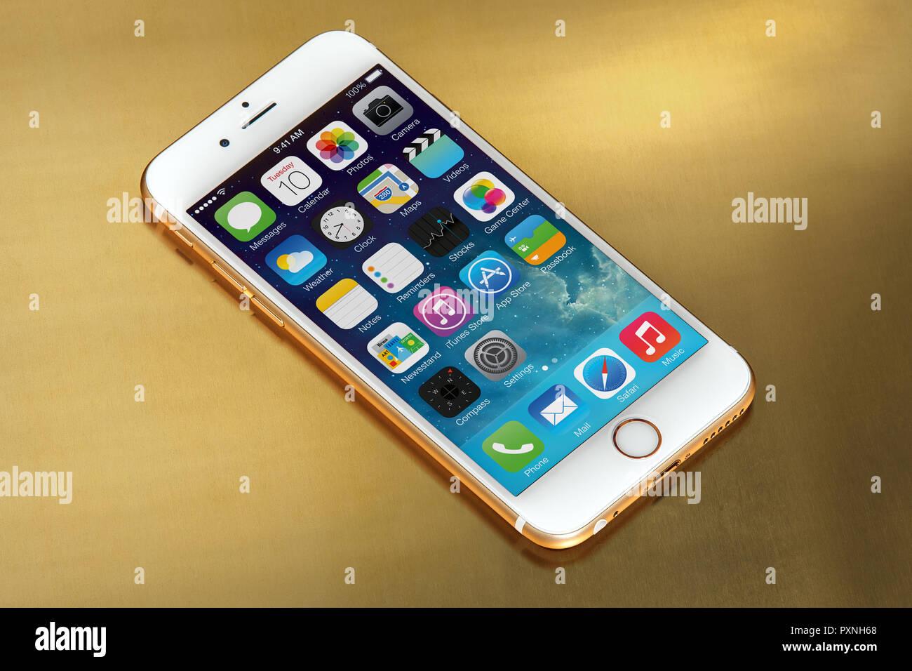 IPhone 6s auf Gold Platte, mit Freistellungspfad Stockbild