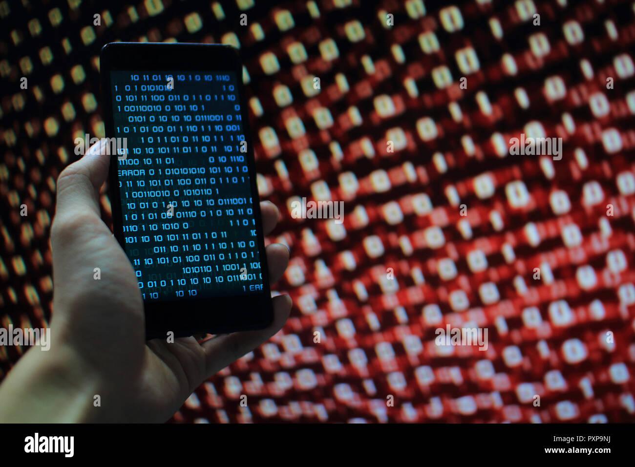 Fehlende Daten. Mehrere Schicht von Informationen auf mobilen Bildschirm einige fehlende von Bildschirm und Fehler aufgetreten. Der binäre Code auf Handy und PC-Bildschirm Stockbild
