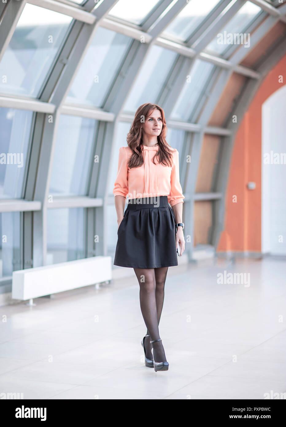 Moderne Business Frau Die In Der Lobby Des Modernen Büro Stockfoto