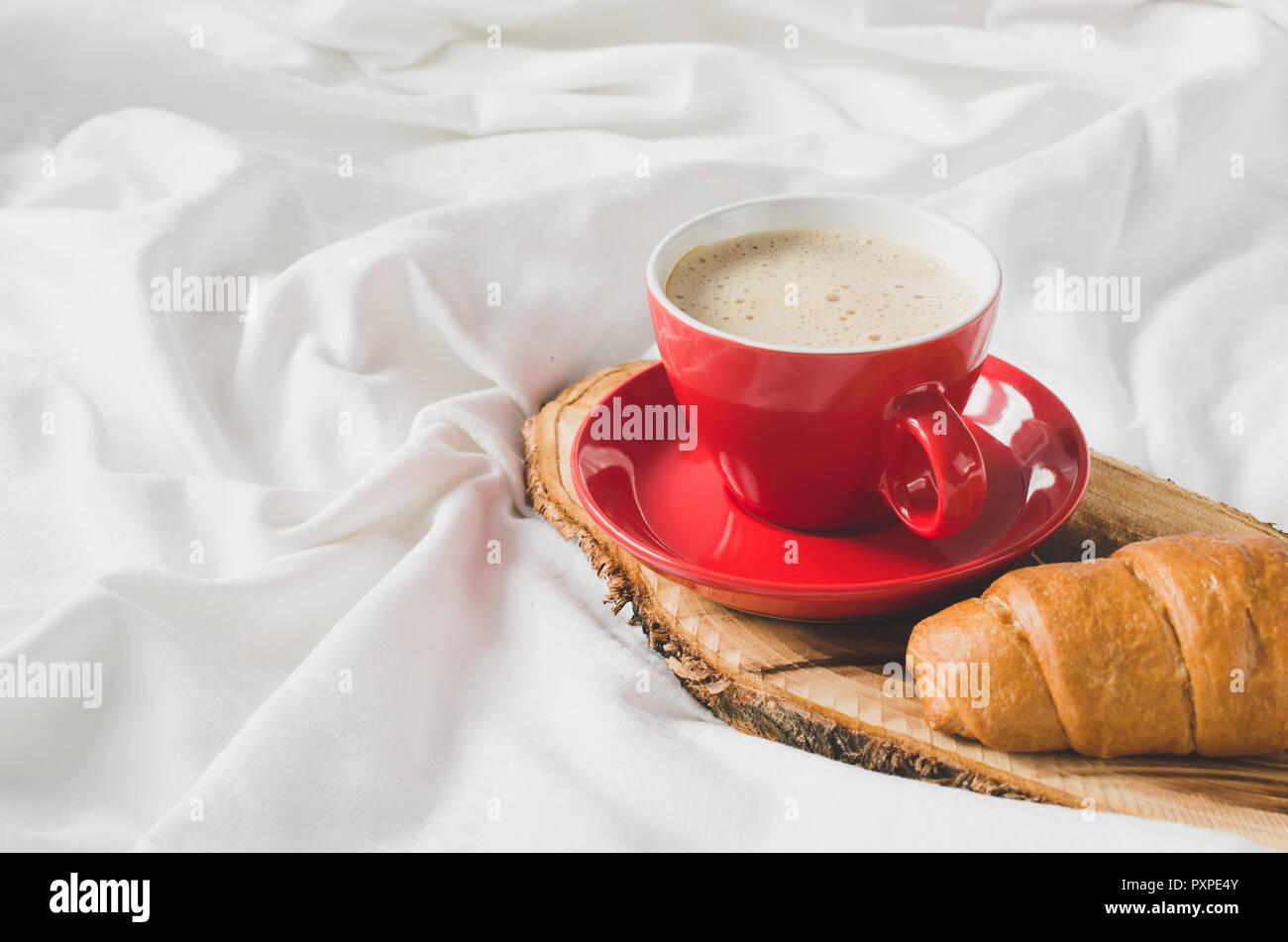 Frühstück Im Bett, Fach Mit Cappuccino, Schokolade Und Croissants Auf Einem  Bett Mit Plaid Im Schlafzimmer Innenraum. Selektive Konzentrieren.