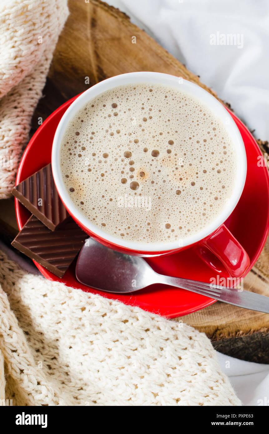 Frühstück im Bett. Fach mit Cappuccino und Schokolade auf einem Bett ...