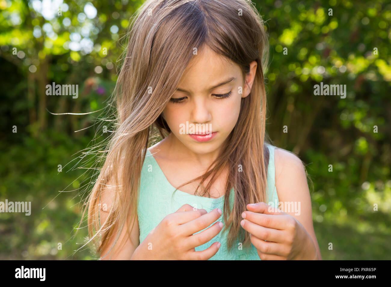 Porträt von Ernst kleines Mädchen im Garten Stockbild