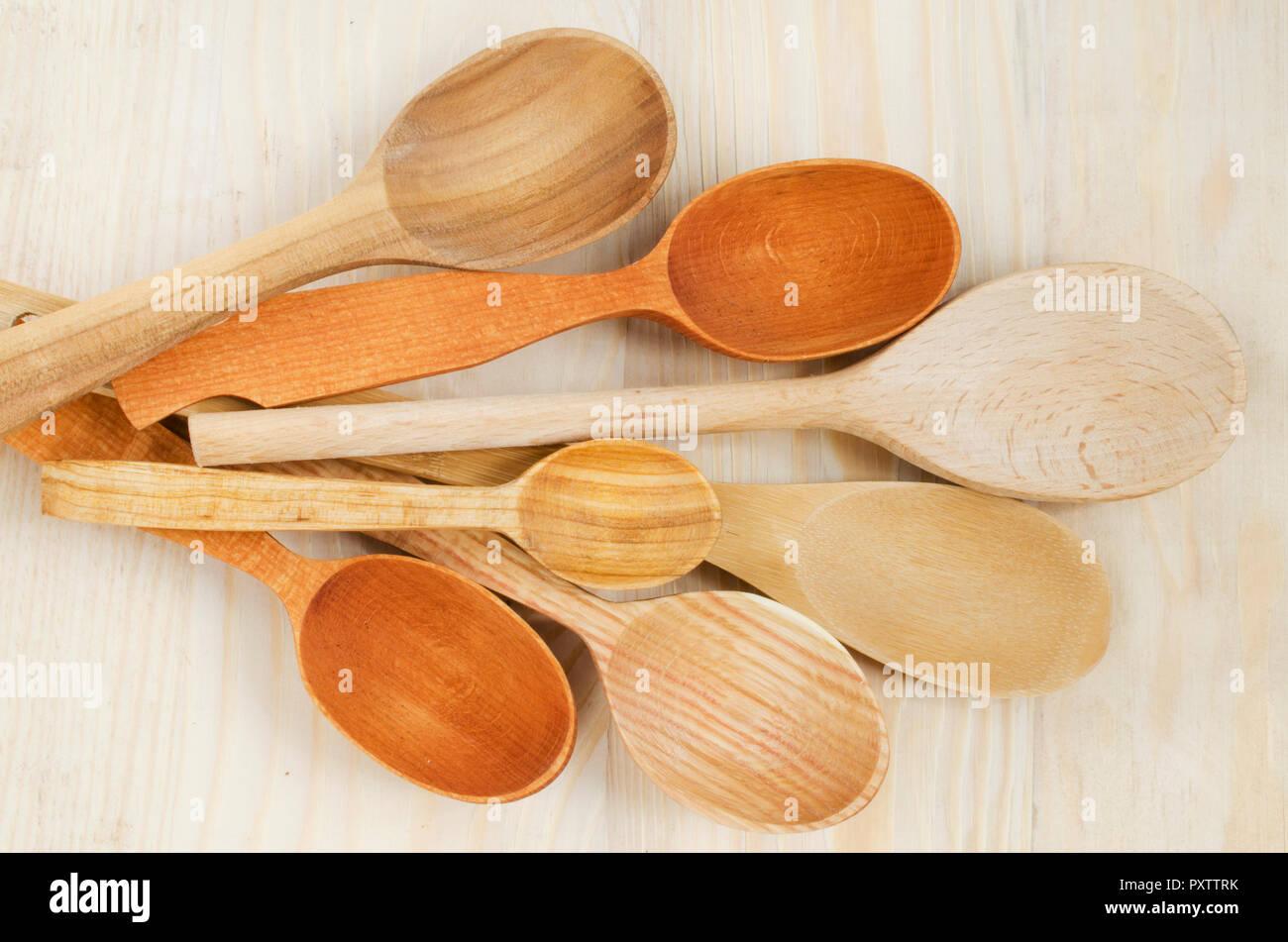 Home Küche Dekor: Löffel aus Holz auf Holz- Hintergrund. Im rustikalen Stil. Blick von oben. Stockfoto