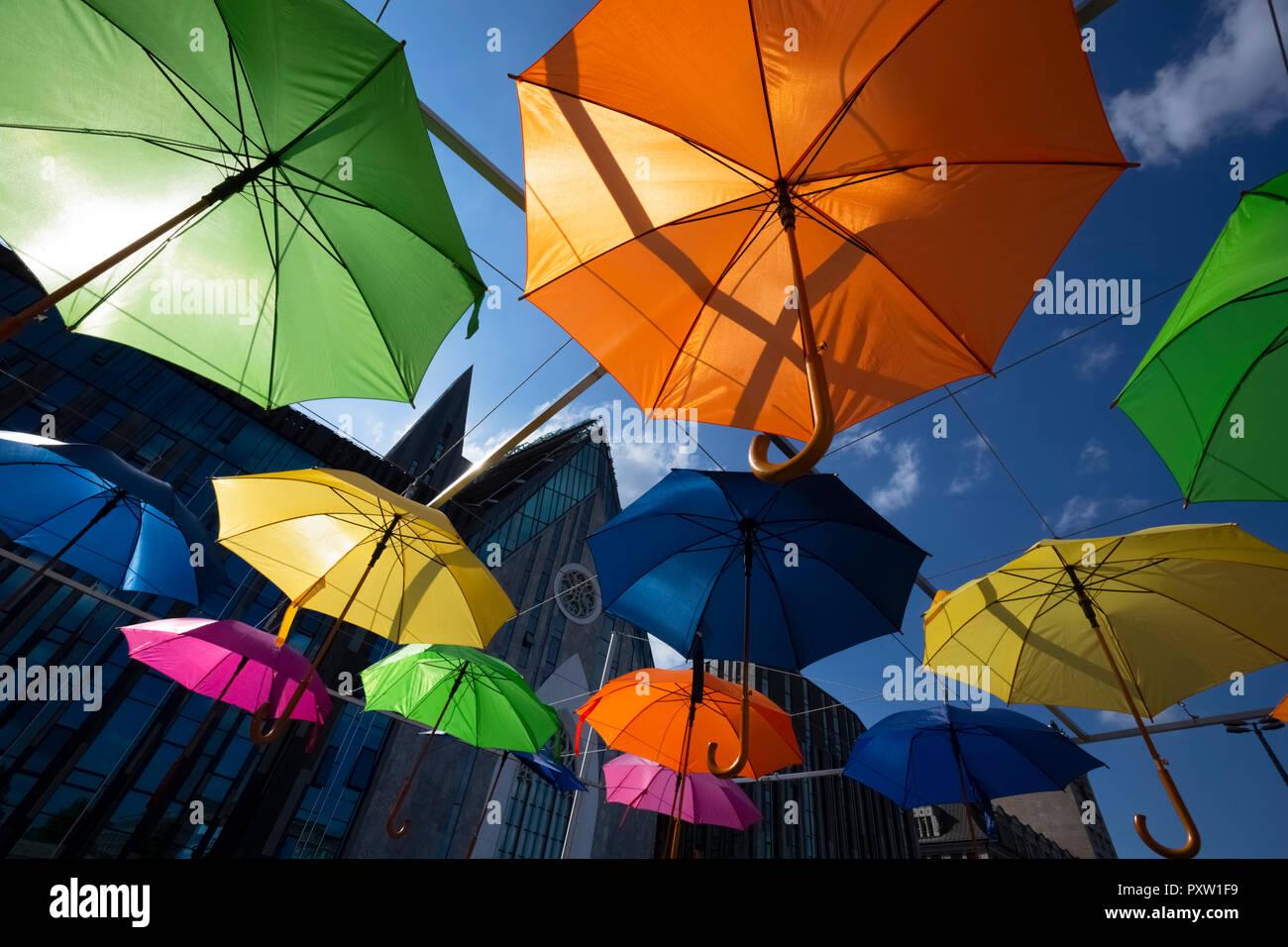 Deutschland, Leizig, Installation mit Sonnenschirmen vor Universität Gebäude Stockbild