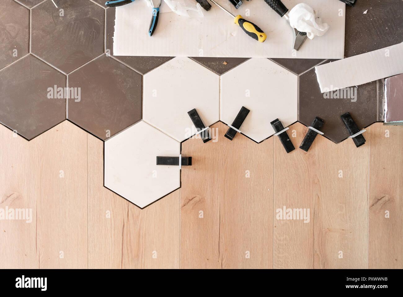 Die Kombination aus Holz Paneele Laminat und Fliesen in Form von ...